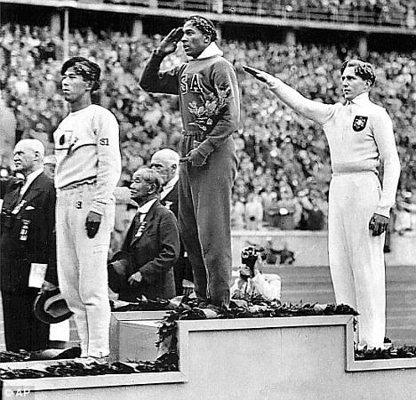 Negro norte-americano conquista o lugar mais alto do pódio diante de Hitler