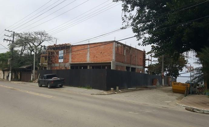 Instituto Gabriel Medina, ainda em construção, está localizado em avenida principal de Maresias (Foto:  Verônica Naviskas/ Divulgação / Globo.com)