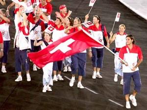 Federer liderando a delegação suíça na cerimônia de abertura nas Olimpíadas de Atenas