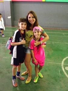 Julia Costa, com o irmão Caio e a mãe Bianca em um Campeonato de Futebol
