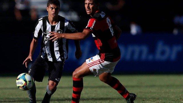 Flamengo e Botafogo se enfrentam neste sábado no Nilton Santos O futebol do  Rio não vive lá seus melhores dias. Com o Maracanã c43a097a6ed1b