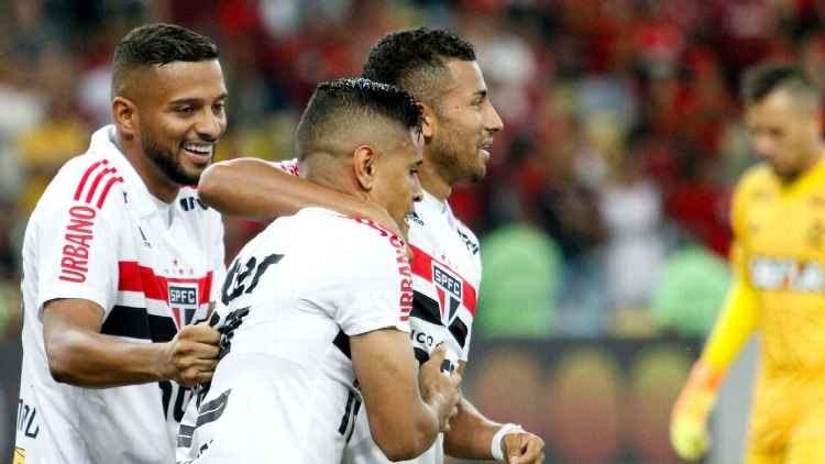 Autor do gol do São Paulo, Éverton é abraçado por Rojas. Foto: GazetaPress